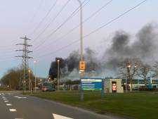 'Grote brand' in Deventer, spuitgasten staan voor dicht hek: alleen ambulance in actie