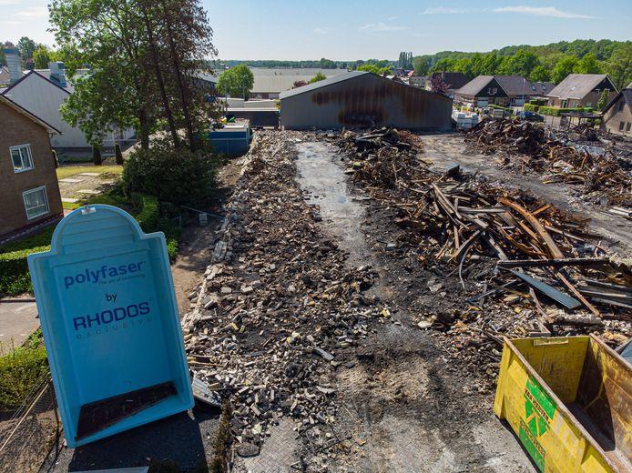 Aan de Zuiderzeestraatweg in Oldebroek is daags na de brand niets meer over van de showroom van Rhodos Wellness. Nieuwe (tijdelijke) huisvesting is snel gevonden: drie dagen na de verwoesting begint het bedrijf aan de wederopbouw vanuit Wezep.