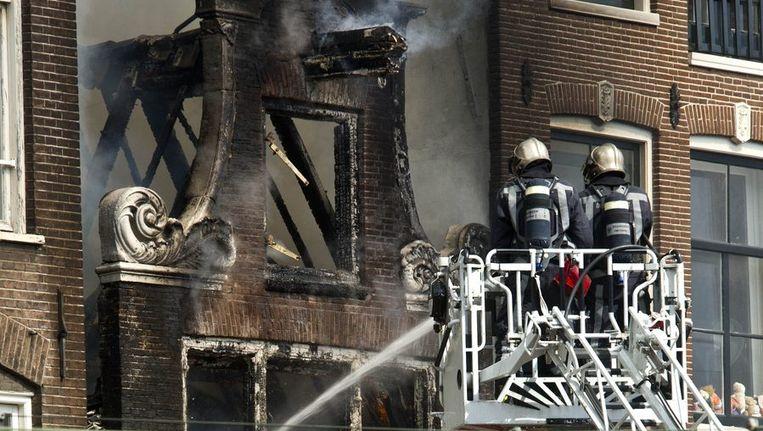 Brandweerlieden bij het blussen van de brand gisteren. Beeld anp