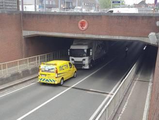 Voor de zoveelste keer: opnieuw vrachtwagen vast in spoorwegtunnel