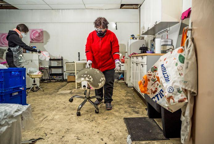 Roelie Heberlé heeft een pedicurezaak in het Ondernemershuis, waar bijna twee weken geleden een enorme brand woedde. Er valt bijna niets te redden van haar spullen.