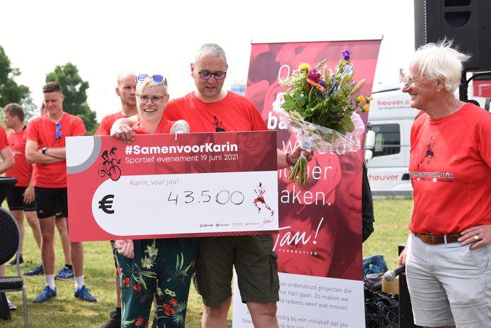 Karin van der Haar en haar man Alexander zijn blij verrast door het mooie bedrag dat zijn collega's van bandengroothandel Heuver hebben ingezameld. Rechts oud-directeur Jan Heuver, die met zijn foundation diverse goede doelen steunt.