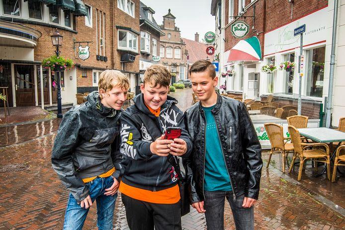 Leerlingen van het Carmel aan de Potskampstraat testen de Hanzetour-app in het centrum van Oldenzaal.
