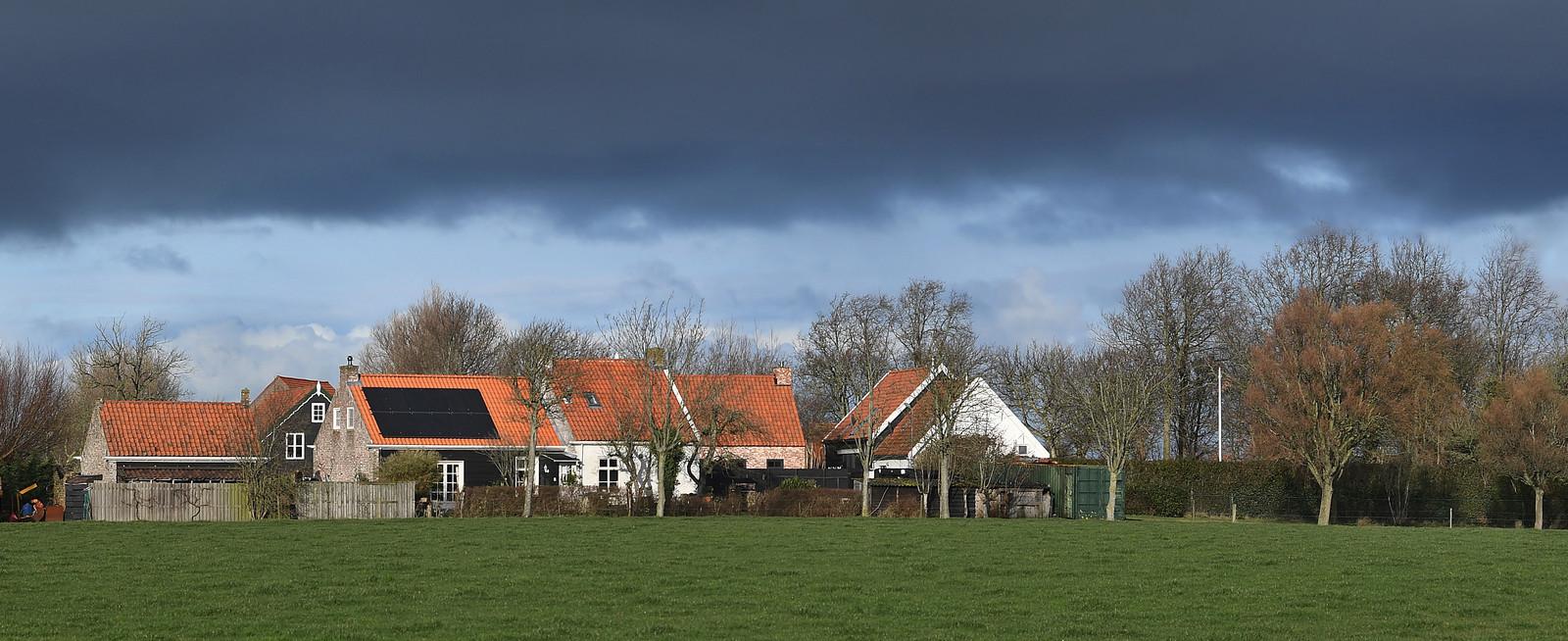 Mariekerke, een buurtschap met een bebouwde ring rond een voormalig kerkhof.