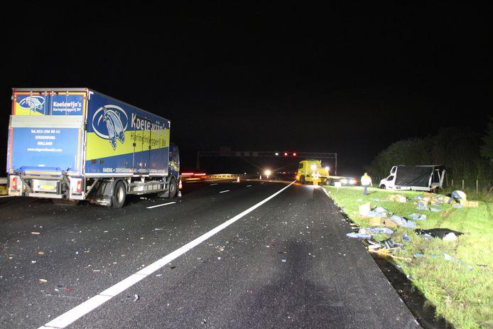 Een grote rommel op de A1 na een botsing tussen een vrachtwagen en busje met pech.