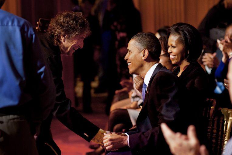 Barack Obama schudt Bob Dylan de hand tijdens een evenement in het Witte Huis. Beeld Pete Souza / The White House