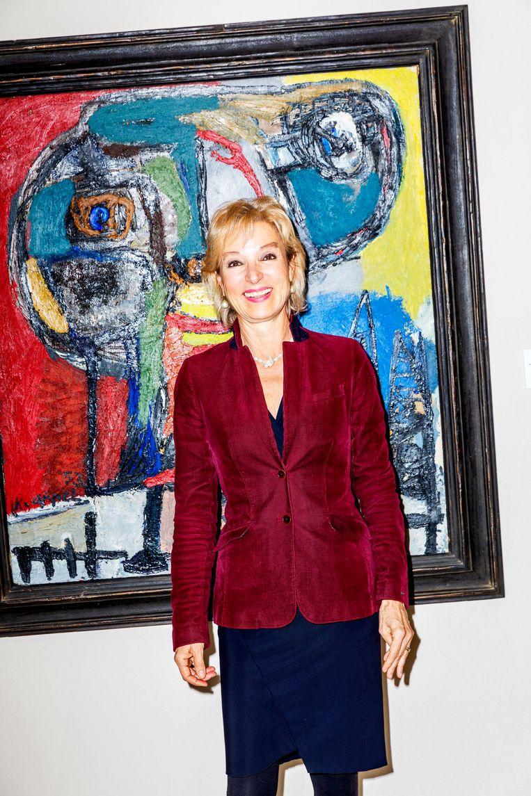 Dr. Erika Schlessinger-Költzsch van Galerie Haas uit Zürich voor schilderij Figuur boven dorp van Karel Appel  Beeld Marie Wanders
