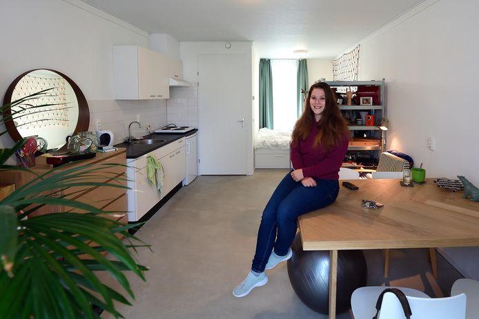Leanne Stoop (25) in haar spoedzoekershuisje in Roosendaal.