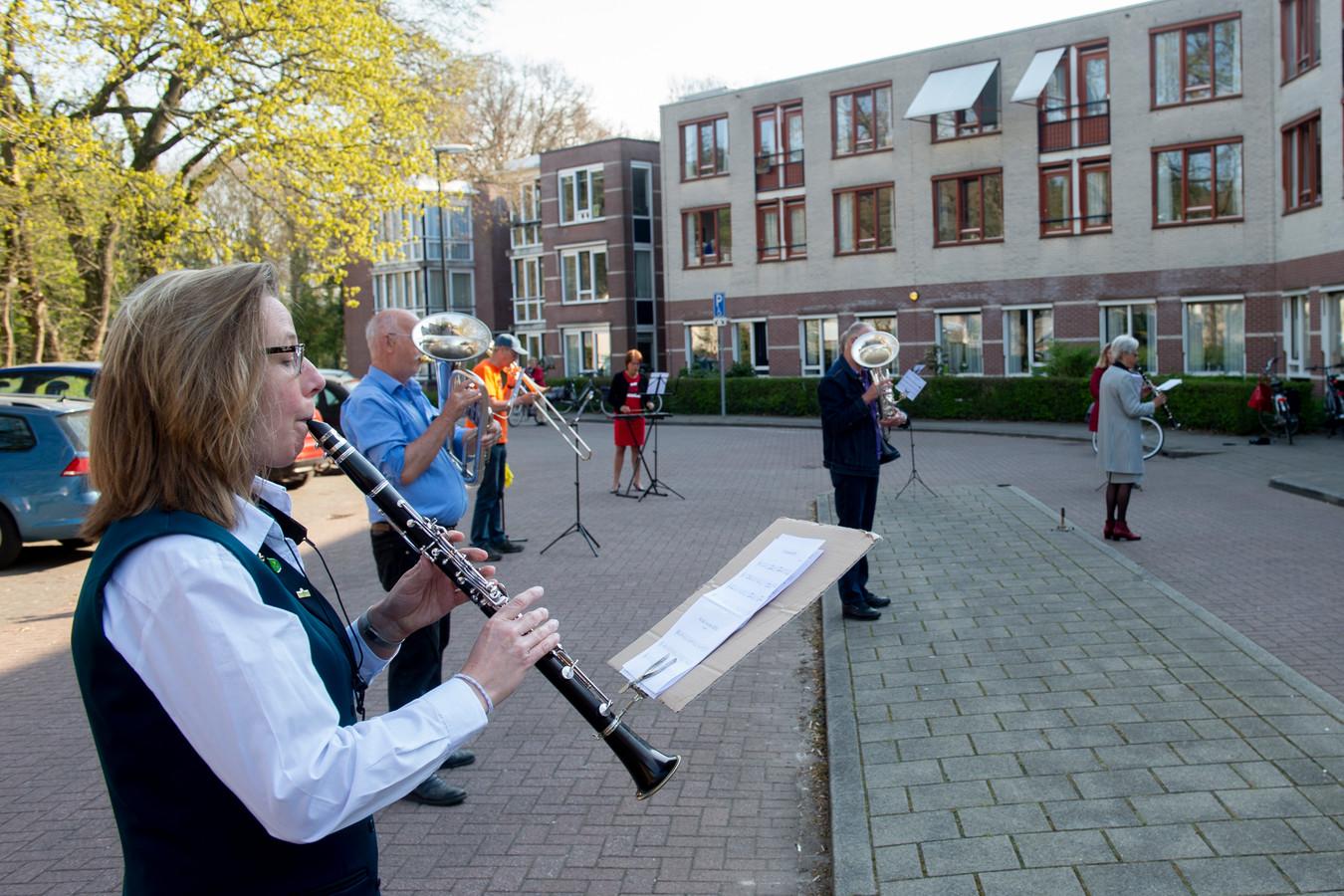 Tijdens de lockdown in juni verzorgde Muziekvereniging Ugchelen een optreden voor de bewoners van Sprengenhof.