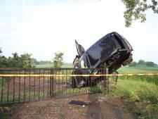 Geluk bij een ongeluk: automobilist niet gewond bij duik in berm in Lienden