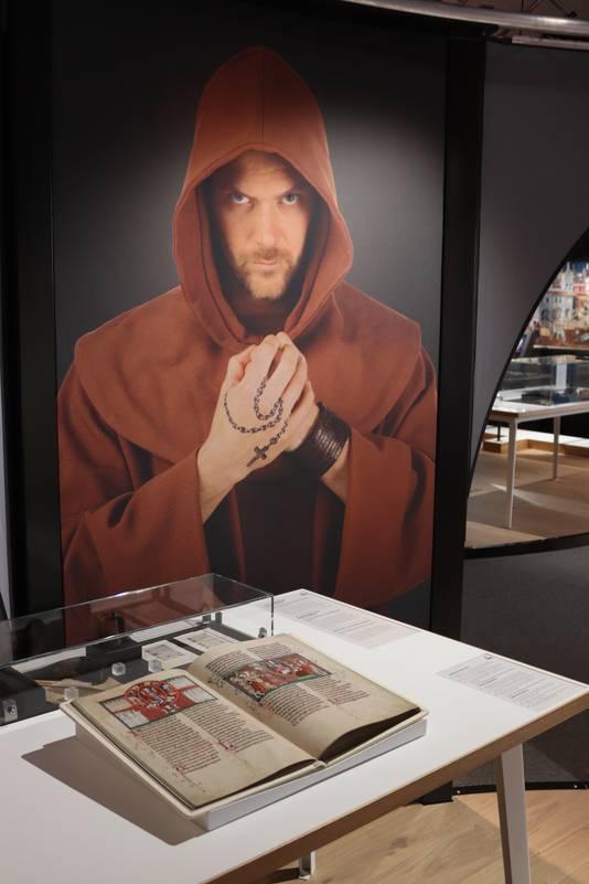 Het schrijven van een boek was oprecht monnikenwerk. In het Museon kun je een oud boek op perkament aanraken.