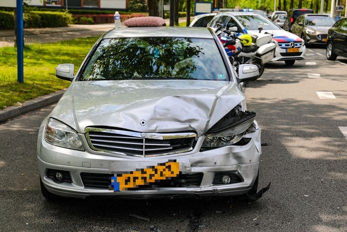 Bij het ongeval raakten de drie auto's behoorlijk beschadigd: op beeld de Mercedes.