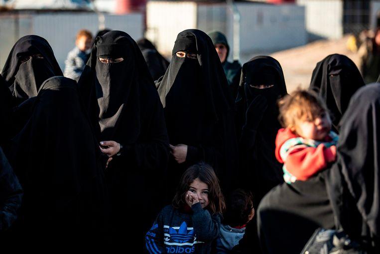 Vrouwen in  Koerdische kamp Al-Hol in het noorden van Syrië. Angela B. zou eerder dit jaar zijn ontsnapt uit het kamp.  Beeld AFP