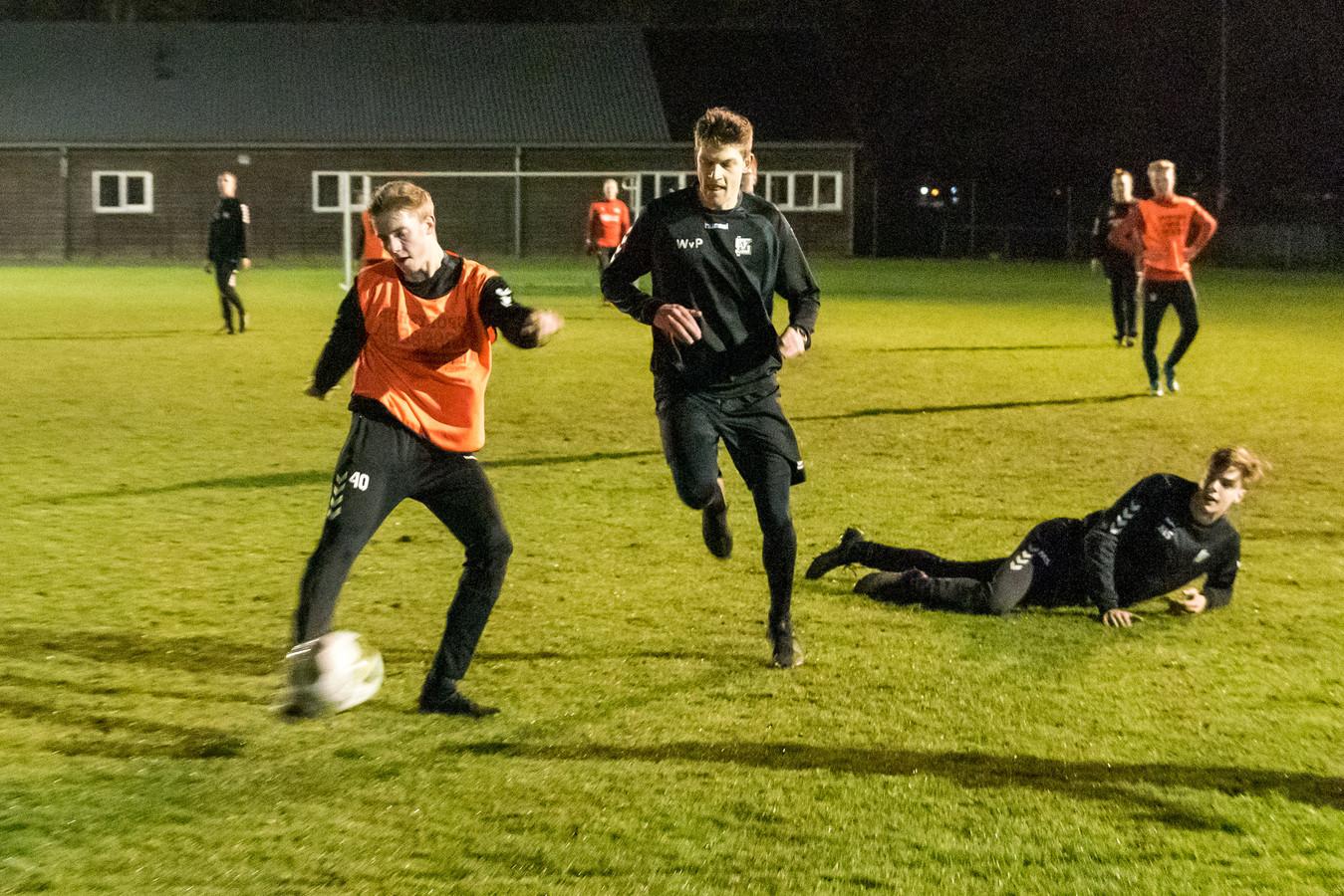 Bij SPV Vlierden zijn de senioren weer aan het trainen, maar er zijn teams waarvan de helft wel en de helft niet mag sporten met elkaar vanwege de leeftijdsgrens van 27 jaar.
