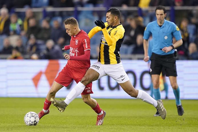 Yassin Oukili (rechts) in duel met Noa Lang van FC Twente.