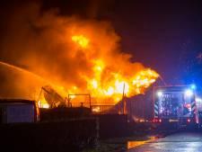 Zeer grote brand verwoest loods van C&S Interieurs in Mariaheide, luide knallen gehoord in vlammenzee
