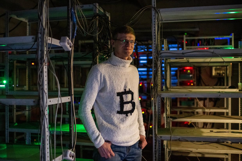 Konstantin Lagoetin, in een trui met bitcoinlogo, is een van de bekendste cryptovaluta-ondernemers van Irkoetsk. Beeld Yuri Kozyrev/Noor