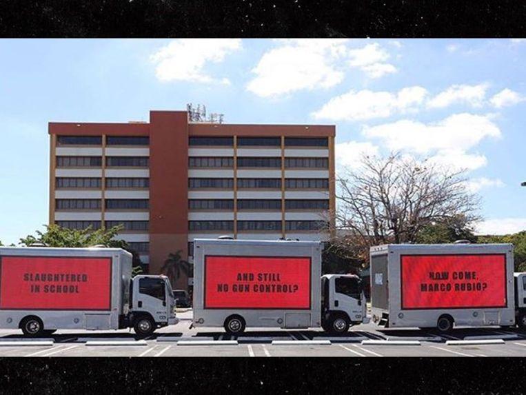 """""""Moordpartij in school. En nog steeds geen wapenwetgeving"""": protest tegen laks wapenbeleid met reclameborden aan kantoor Republikeinse senator"""