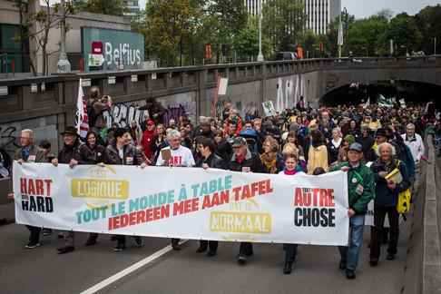 Foto van Tienduizend mensen kloppen op tafel tijdens derde 'Grote Parade' van Hart Boven Hard