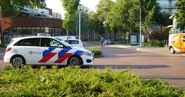 Fietser in Deventer met forse hoofdwond afgevoerd na aanrijding met auto.
