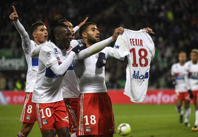 Nabil Fekir toont zijn shirt aan de fans van AS Saint-Étienne op 5 november 2017, nadat Olympique Lyon daar met 0-5 won.
