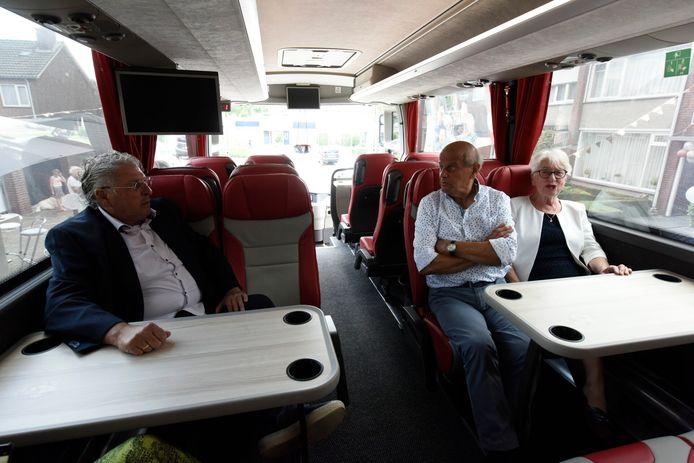 Jan en Mia Renders, vierden hun diamanten huwelijk, en werden voor PSV verrast met een lunch in de spelersbus. Links Herman van Diejen.