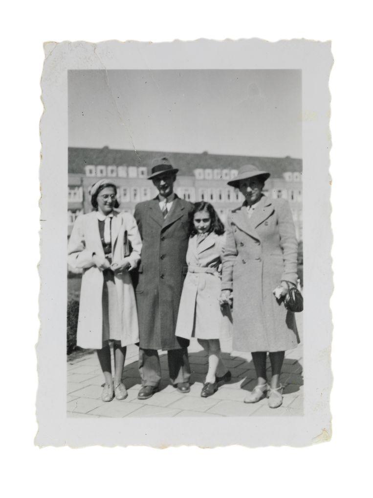 De familie Frank op het Merwedeplein in Amsterdam in mei 1941. Voor zover bekend de laatste foto van het gezin.  Beeld