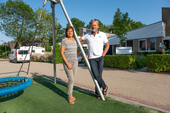 Hugo en Gerdien van der Wal zijn blij met het resultaat van de hernieuwde straat.