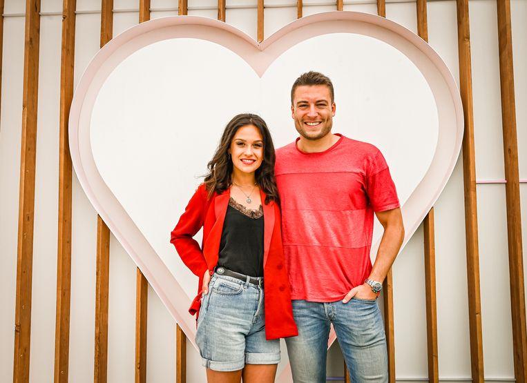 Vorig jaar presenteerden de Nederlandse Holly-Mae Brood en Viktor Verhulst het datingprogramma. Of zij ook terugkeren, is nog niet duidelijk.