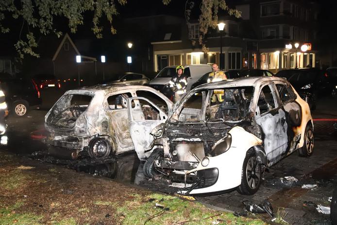 De auto's zijn verwoest door het vuur
