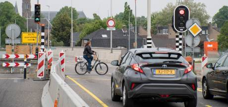 Fietspaden op Waalbrug krijgen nieuwe rode slijtvaste laag