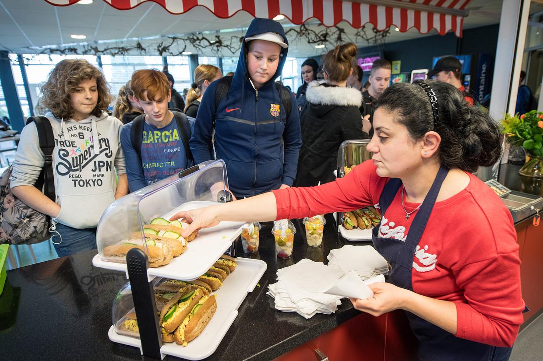 Hoe krijg je tieners aan een gezonde lunch in de schoolkantine? Beeld Hollandse Hoogte / Bert Beelen