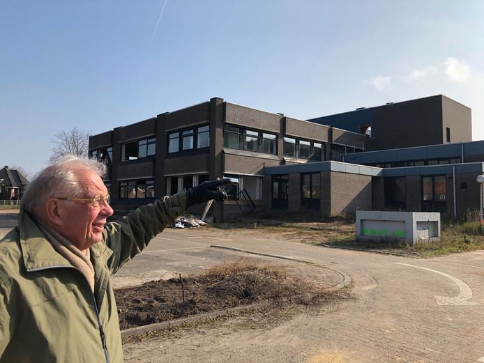 Oud-neuroloog Ger Wolters werpt nog een laatste blik op zijn laatste werkplek: ziekenhuis Bernhoven in Veghel. Achter hem op de eerste etage zat de afdeling neurologie. Eronder de operatie kamers.