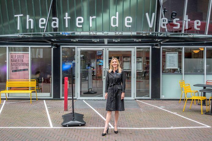 Directeur Marijtje Pronk van Theater de Veste: voorstellingen verplaatsen.