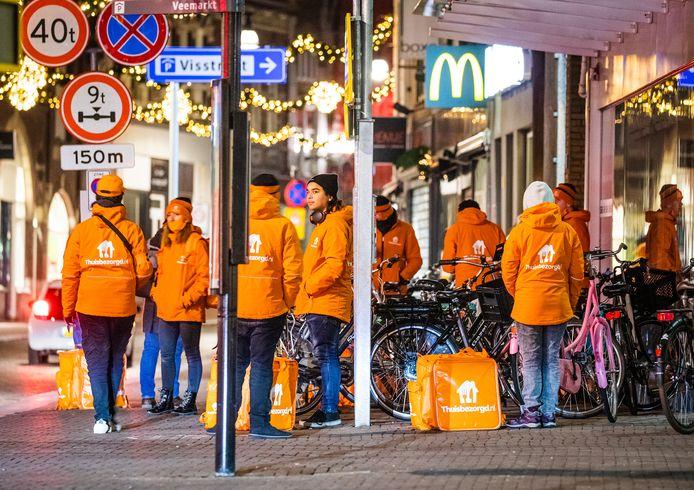 Medewerkers Thuisbezorgd voor McDonald's in de binnenstad van Dordrecht.