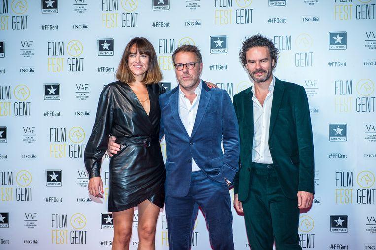 Tom Lenaerts (midden) gisteravond op het Film Festival met zijn hoofdrolspelers Natali Broods en Tom Dewispelaere.