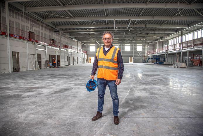 Ontwikkelaar Gerrit Jansen laat de nieuwe sporthal Victorium zien. Over vijf maanden moet de hal klaar zijn.