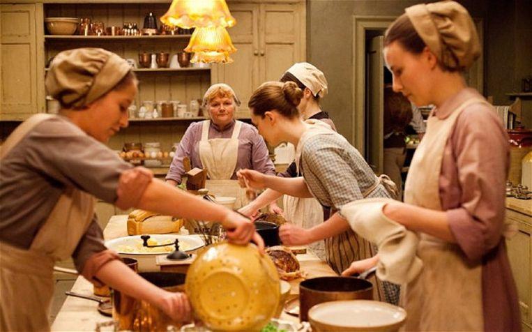 Het reilen en zeilen in de keuken van Dowton Abbey. Beeld kos