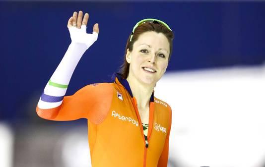2017-02-26 22:52:37 CALGARY - Jorien ter Mors zwaait na het behalen van een bronzen medaille op het WK Sprint. ANP JERRY LAMPEN