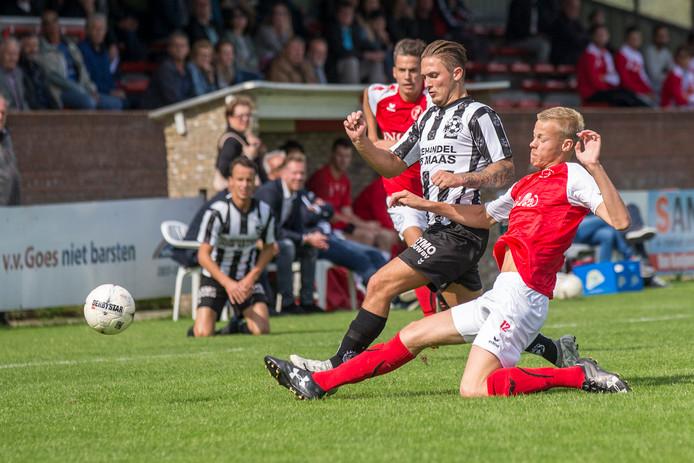 Jan Paul van Hecke onderschept de bal met een sliding.