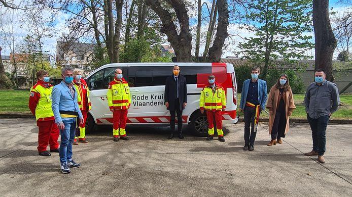 Staatssecretaris Sammy Mahdi (midden) met enkele vrijwilligers van het Rode Kruis en eerste schepen Gary Peeters (links) en Landens burgemeester Gino Debroux (derde van rechts).