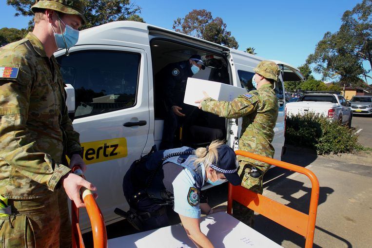 Australische militairen worden ingezet bij de bevoorrading van bewoners die in lockdown zitten in sommige wijken in Sydney.  Beeld Getty Images