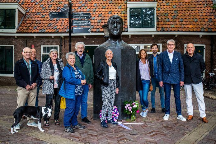 Weduwe Jans (midden) en familie en vrienden herdenken judoheld Anton Geesink bij zijn standbeeld. Geesink overleed vandaag tien jaar geleden.