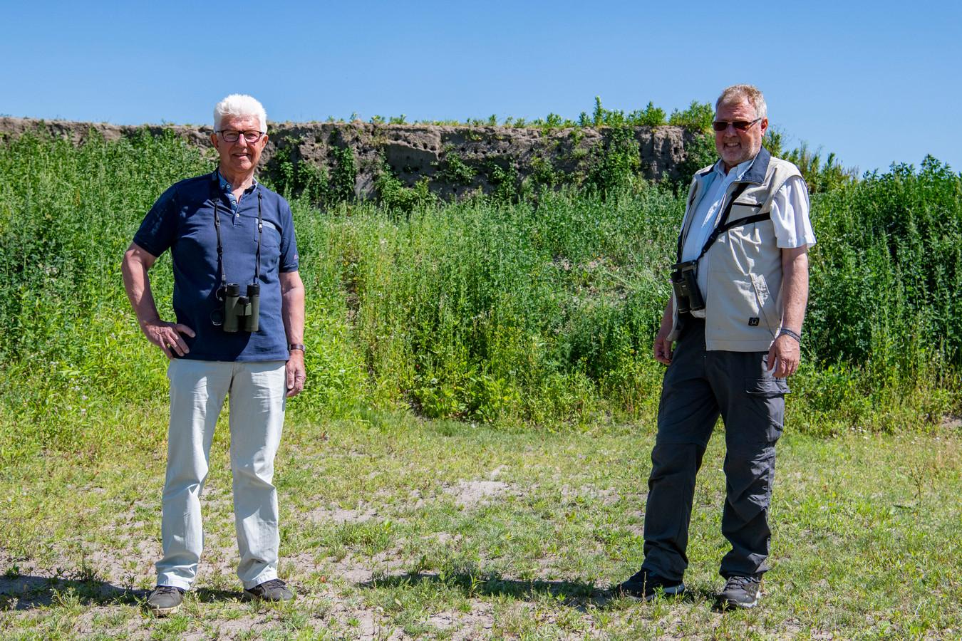 Frans Stoop en Guido Stooker (rechts) bij de wand die de oeverzwaluwen spontaan uitkozen voor hun nesten.