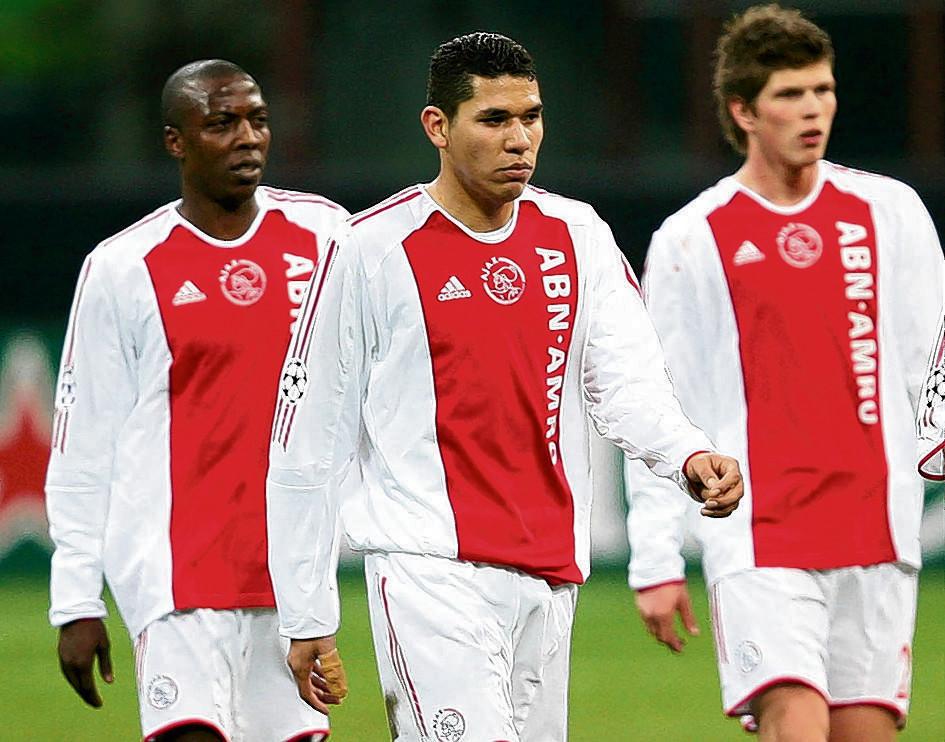 Hatem Trabelsi, Hedwiges Maduro en Klaas-Jan Huntelaar druipen af na de 1-0 nederlaag tegen Inter.