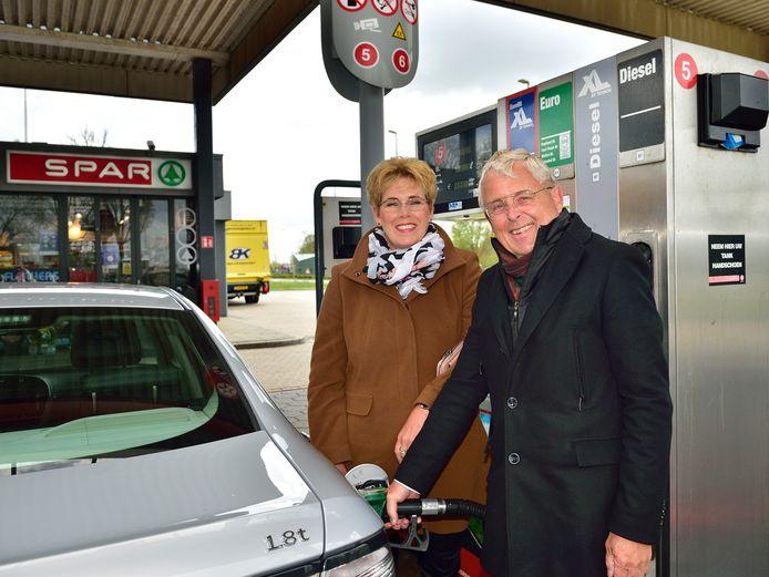 Netty en Ruud van der Marel tanken bij de Texaco in Bergambacht, die goedkoper is dan gemiddeld.