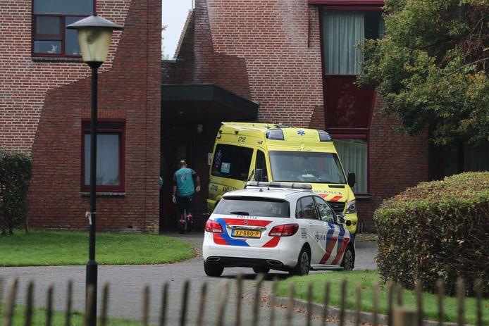 Bij een vechtpartij bij de Domus+ Batelaar in Lunteren raakte zondagmiddag iemand gewond.