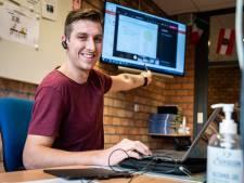 Docent Roy (29) trekt alles uit de kast voor zijn digitale lessen: 'Leerlingen kunnen niet in bed blijven liggen'