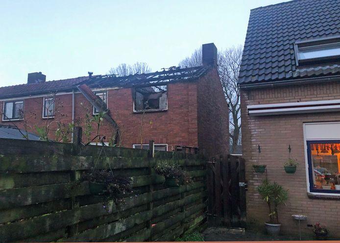 De uitgebrande woning (links) en de woning van Teun en Ada Heerschop (rechts) zijn van elkaar gescheiden door een brandgang.