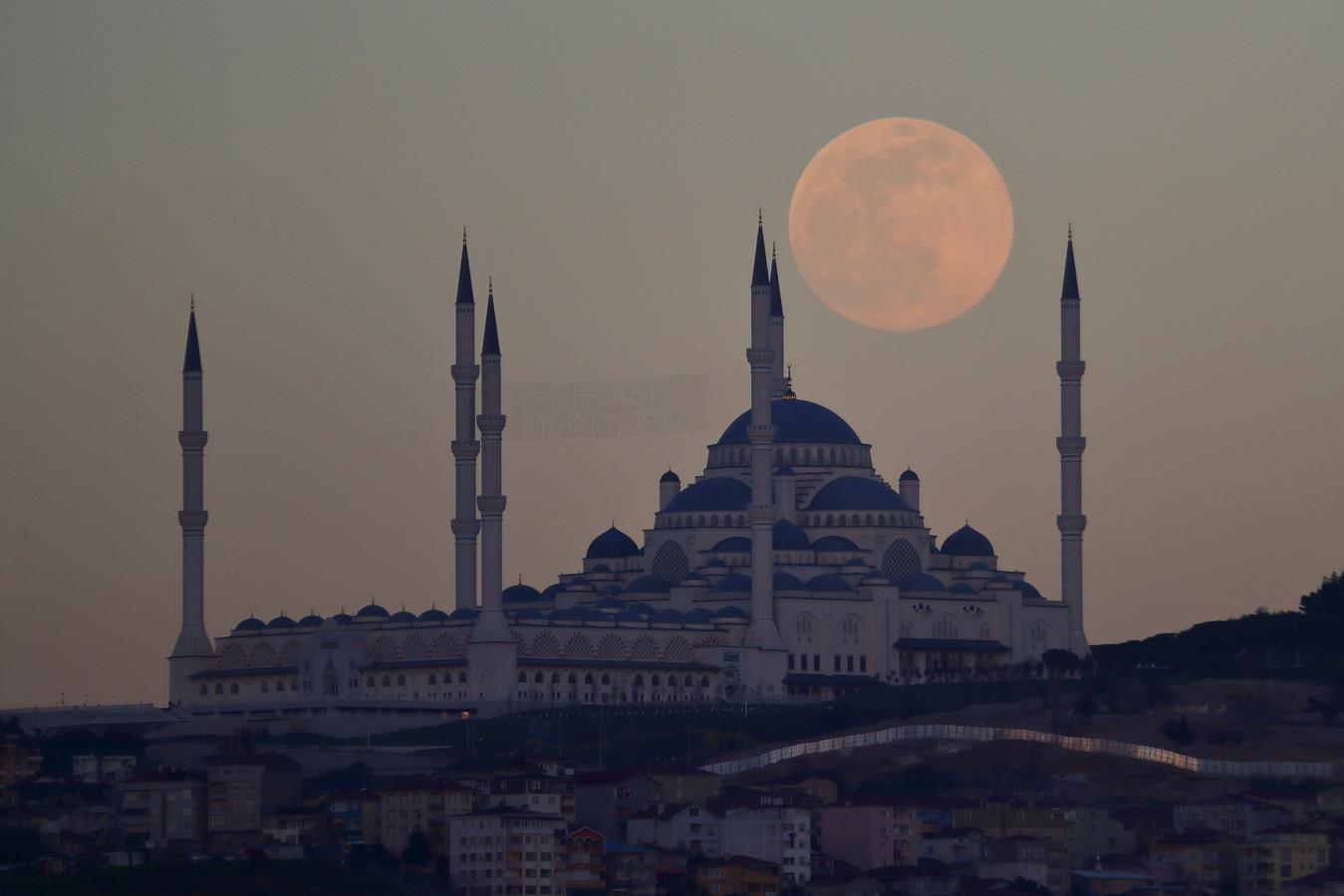 De maan boven Istanboel, Turkije.